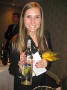 O vinho Monte Paschoal, da vinícola Basso, está sendo vendido no Canadá, para alegria da assistente de Promoção Comercial da Wines of Brazil, Bárbara Ruppel